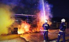 Bomberos de Granada actúa en un incendio en una vaquería
