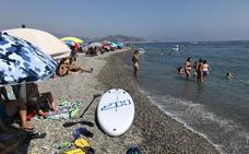Playas abarrotadas en toda la Costa y medusas en Almuñécar en el último domingo de agosto