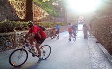 El paso de grupos de ciclistas por espacios peatonales crea conflictos en la Alhambra
