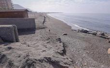 Se hunde su velero en la Costa de Granada y da aviso a emergencias con cohetes