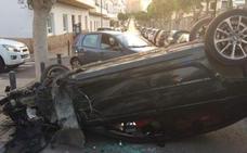 Un joven sin carné choca contra 8 coches, vuelca y se niega a hacer la prueba de alcoholemia