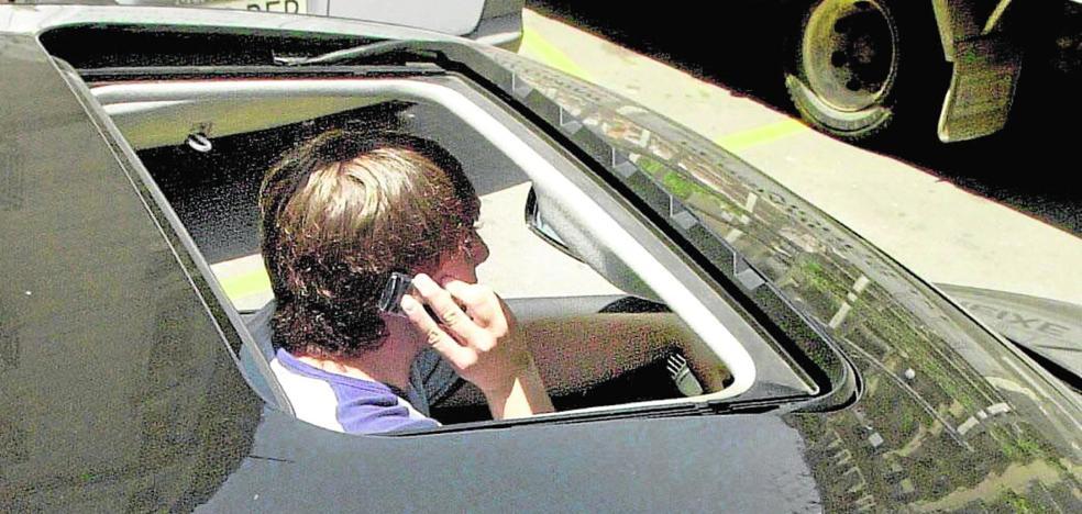 Tráfico 'caza' a 1.900 jienenses con el móvil mientras conducen, con multa de 200 euros