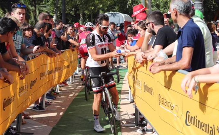 Granada se vuelca con los ciclistas en el adiós de La Vuelta