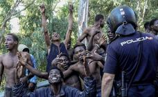 Prisión para dos jefes del violento salto a Ceuta y libertad con cargos para otros siete inmigrantes