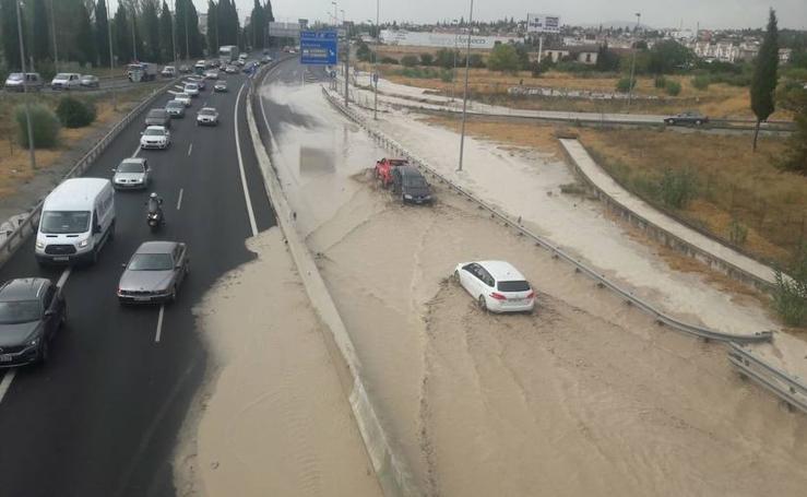 La tromba de agua en Granada obliga a cortar la A-44 a la altura de Peligros