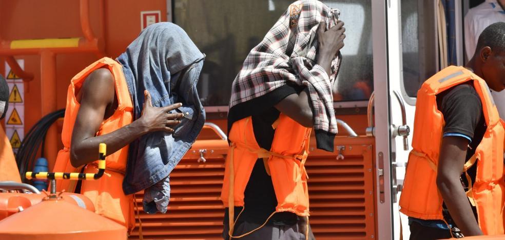Trasladan a Almería a 180 migrantes rescatados de tres pateras en Alborán