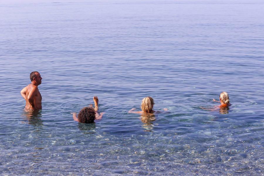 Luchan por conquistar el espacio perdido por los bañistas desnudos en Cantarriján