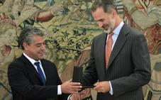 El rector de la UAL entrega al rey Felipe VI la medalla de oro por el 25º aniversario de la institución