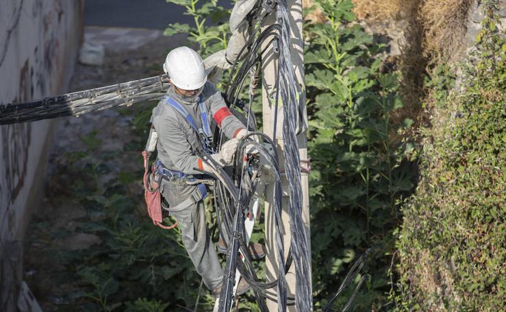 Adiós al cable de 15 eléctrico que atravesaba una casa en Órgiva