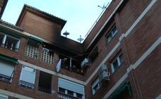 Los Bomberos de Granada sofocan el incendio de una vivienda en el Zaidín