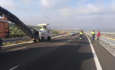Cortan la autovía en Baeza para arreglar los baches en un sentido y por las obras en otro