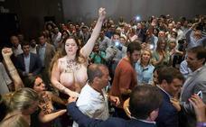 En alerta naranja y con activistas desnudas en el mitin de Rivera