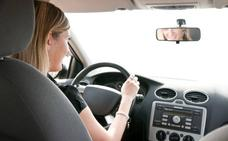 La Policía alerta de la multa que pueden ponerte por maquillarte o comer al volante