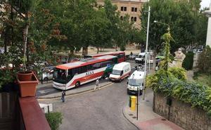 Un autobús colisiona con una marquesina en Doctor Olóriz