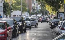 Las dobles filas de coches vuelven a llenar Granada con la vuelta al cole