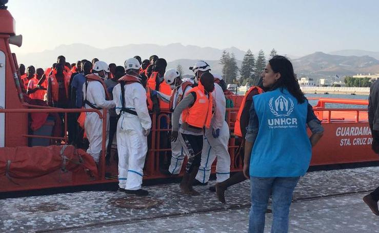 Llegan a Motril los inmigrantes rescatados en Alborán