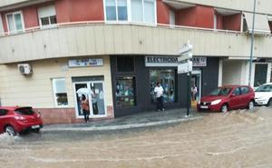 Una tormenta fugaz inunda calles, bajos y carreteras en Motril
