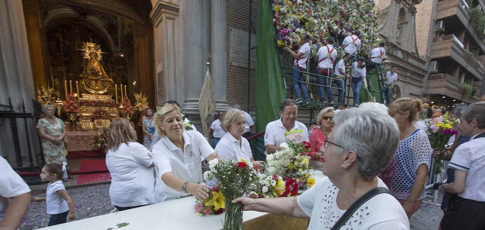La ofrenda floral a la Patrona, muy pendiente del cielo