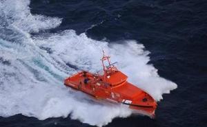 Llegan al puerto de Almería cuatro hombres de origen magrebí rescatados de una patera