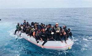 Rescatan a 55 inmigrantes de una patera semihundida y con parte de sus ocupantes en el agua