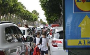 La 'vuelta al cole' reactiva los puntos negros de la doble fila en Almería