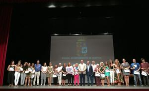 El Consistorio homenajea a docentes jubilados y a estudiantes con los mejores expedientes
