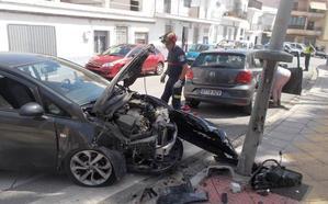 Destroza su coche tras empotrarse contra una farola en Almuñécar