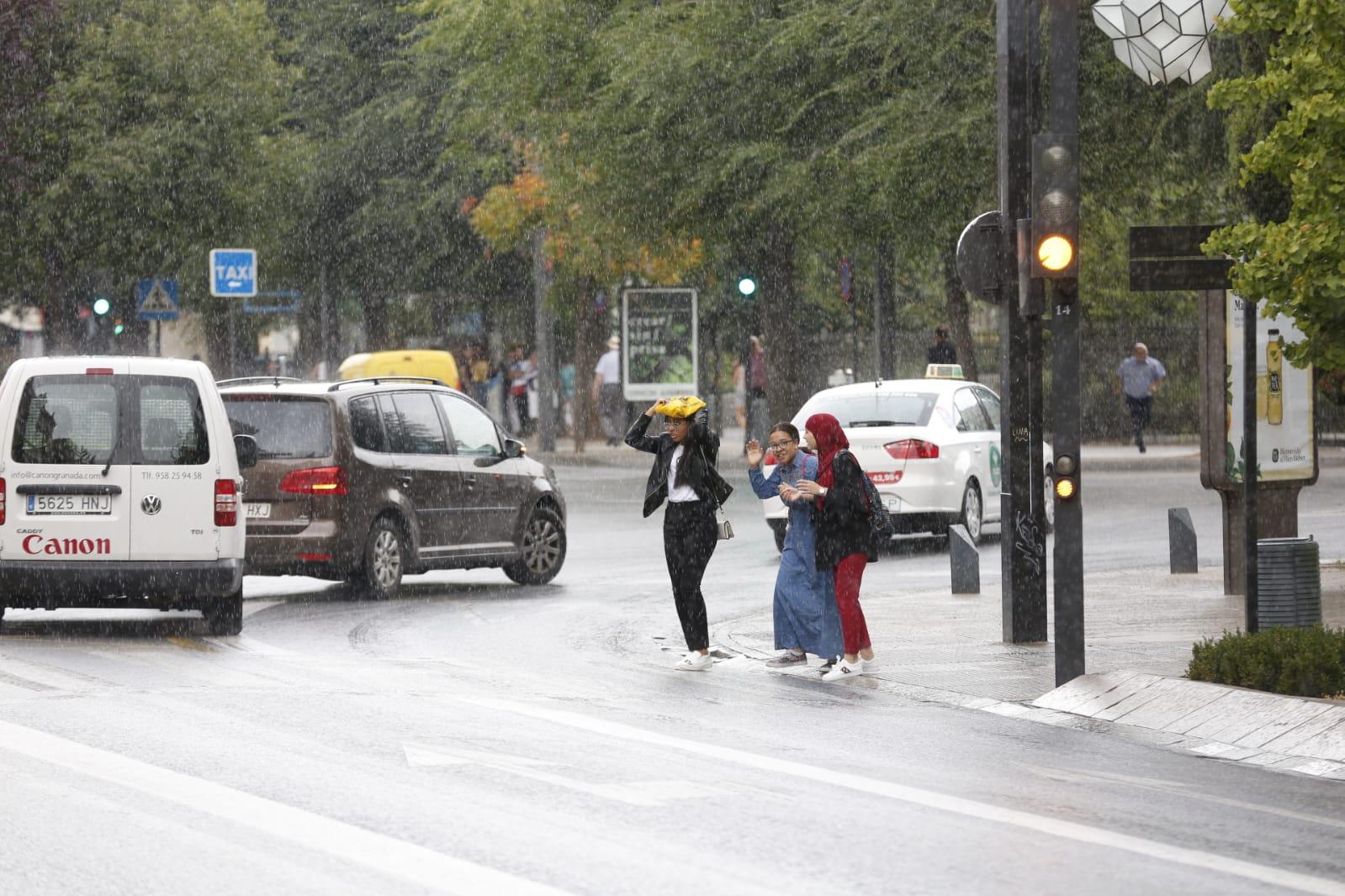 Un 'diluvio' de un par de minutos sobre Granada