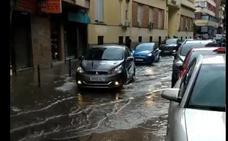 Una tromba de agua convierte las principales vías de la capital en 'ríos'