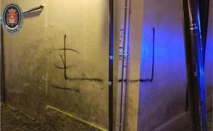 Detenido un hombre de 56 años por hacer pintadas en el Ayuntamiento de Granada