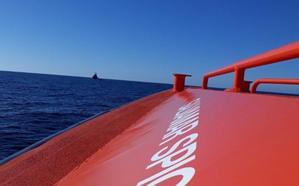 Trasladan al puerto de Almería a 99 personas rescatadas de dos pateras en el mar de Alborán