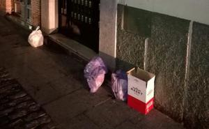 Los operarios de FCC avisan a la Policía cuando la basura no se deja en el contenedor
