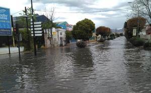 Una ambulancia con un paciente se queda atascada en una balsa de agua en Albolote