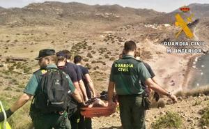 La Guardia Civil auxilia a una senderista en una cala de San José