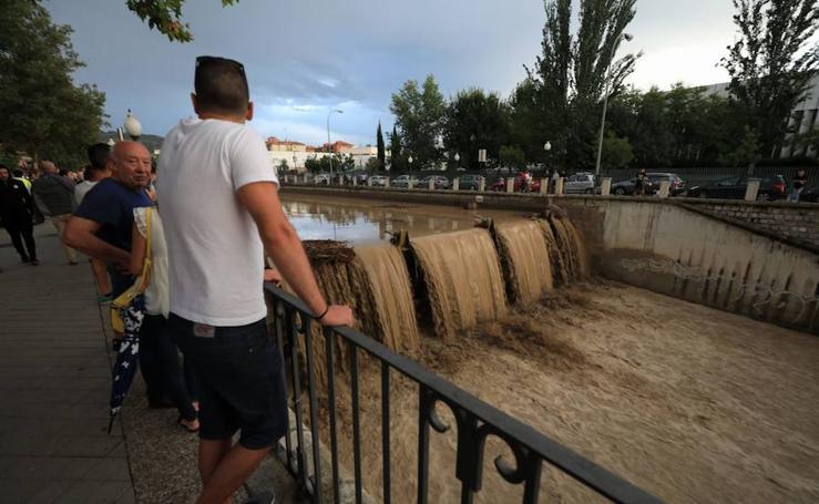El Genil, a rebosar en Granada capital