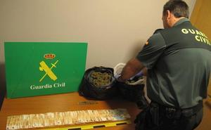 Dos detenidos tras ser sorprendidos en un coche con casi dos kilos de marihuana en la A-92