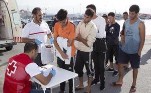 Rescatan a 38 magrebíes de cuatro pateras cerca de la costa de Granada