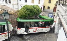 El tren turístico de Granada dejará de pasar por el Carril de la Lona y la Cuesta de Alhacaba por su «peligrosidad»