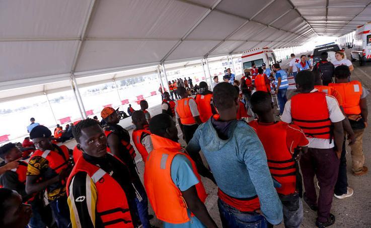 Llegan a Motril los 118 ocupantes de tres pateras rescatadas