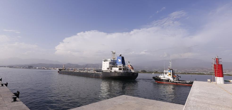 El Puerto de Motril recibe un barco ruso en quiebra, sin dinero para combustible