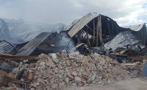 Un herido y tres naves afectadas en el incendio del polígono de Martos, ya extinguido