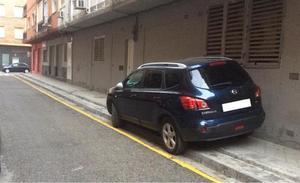 El PP difunde fotos del coche del alcalde de Granada mal aparcado y le reprocha su actitud «incívica»