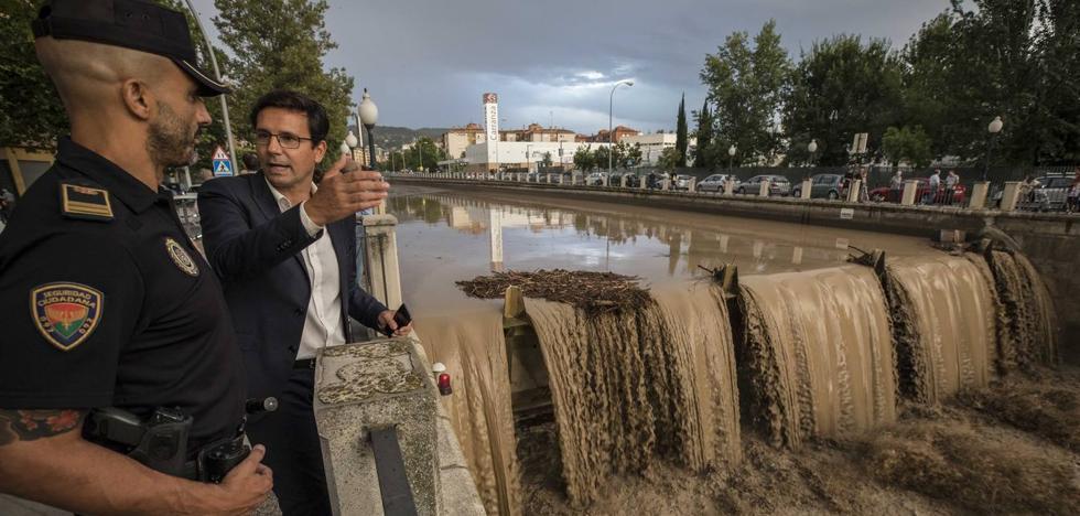 Cuenca exige a la CHG que revise «de forma permanente» la limpieza del Genil para evitar «aglomeraciones de ramas y residuos»