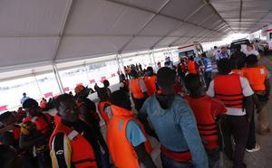 Motril reabre el campamento del puerto para alojar a 232 supervivientes de cinco pateras