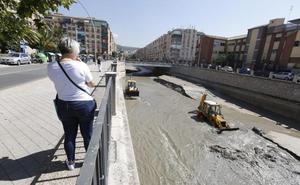 Limpian el río Genil tras las fuertes lluvias