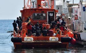 Rescatan a dos náufragos de una patera con 17 ocupantes que se hundió de madrugada
