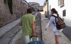 Primera sentencia en Granada que clausura pisos turísticos por molestias vecinales