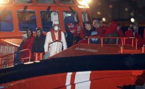 Trasladan a Almería a 77 personas rescatadas de dos pateras en Alborán