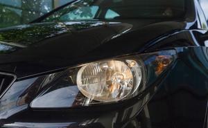 La multa que te puede caer por hacer ráfagas con las luces a otro coche para adelantar