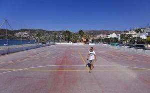 La Herradura se rebela contra la decisión de Costas de demoler la pista deportiva de la playa